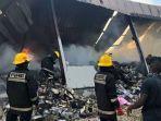 petugas-pemadam-kebakaran-memadamkan-api-di-pabrik-tekstil-asal-china1311555.jpg