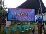petugas-tps-memasang-atribut-pemilihan-pilkada-bangka-tengah-2020-di-kecamatan-koba.jpg