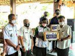 pihak-yayasan-el-john-indonesia-saat-menyerahkan-4200-masker.jpg