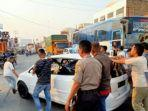 polisi-dibantu-warga-melakukan-evakuasi-mobil-honda-jazz.jpg
