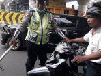 polisi-menangkap-basah-driver-ojol-dan-sopir-gara-gara-merokok.jpg