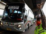 polisi_menghalau_bus_yang_membawa_penumpang.jpg