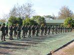 prajurit-saat-mendengarkan-pengarahan-danrem-045-gayam-senin-3182020.jpg