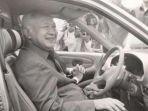 presiden-ri-kedua-soeharto-sedang-mencoba-mobil-hadiah_20180731_085417.jpg