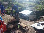 proses-evakuasi-kecelakaan-tunggal-di-jalan-soekarno-hatta_20180221_180445.jpg