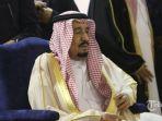 raja-arab-saudi-salman-bin-abdul-aziz-al-saud-melakukan-shalat-tahiyatul-masjid_20170303_222815.jpg
