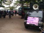 ratusan-massa-nelayan-telah-berkumpul-di-pantai-batu-perahu-toboali-kabupaten-bangka-selatan.jpg