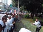 ratusan-pengunjuk-rasa-merangsek-masuk-ke-sisi-kiri-komplek-istana-negara_20161104_184839.jpg