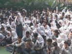ratusan-siswa-menggelar-aksi-unjuk-rasa-di-dilapangan-sma-negeri-19-bandung.jpg