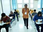 rektor-ubb-awasi-ujian-pmb_20160721_215254.jpg