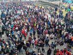 ribuan-buruh-dan-mahasiswa-berunjukrasa-menolak-uu-omnibus-law-cipta-kerja-okee.jpg