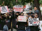 ribuan-demonstran-dari-berbagai-elemen-mahasiswa-demo.jpg