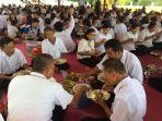 ribuan-umat-budha-bersama-masyarakat-makan-bersama_20180506_192207.jpg