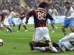 ronaldinho-ditekel-pablo-alvarez-dalam-laga-ac-milan-vs-catania-di-liga-italia-2009-2010.jpg
