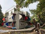 rumah-unik-dengan-kisi-jendela-multifungsi.jpg
