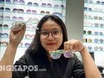 sales-counter-optik-melawai-menunjukkan-kacamata-terbaru.jpg