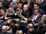 sejumlah-anggota-parlemen-turki-terlibat-baku-hantam-d_20170112_184543.jpg