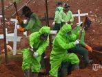 sejumlah-pekerja-dari-dinas-pemakaman-mengenakan-alat-pelindung-diri-apd1231414.jpg
