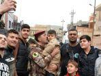 sejumlah-warga-kota-mosul-berfoto-bersama-seorang-anggota-pasukan-khusus-irak_20161219_214816.jpg
