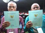 sejumlah-warga-mendapatkan-sertifikat-tanah.jpg
