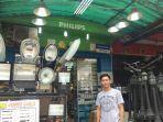 seorang-penjual-lampu-penerang-jalan-panel-surya.jpg