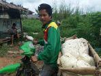seorang-petani-karet-sedang-mengangkut-karetnya-selasa-901_20180109_142423.jpg