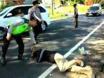 seorang-pria-tua-menangis-dan-guling-guling-di-aspal-saat-ditilang-polisi.jpg