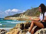 seorang-wisatawan-yang-tengah-menikmati-liburan-di-moreton-island-brisbane.jpg