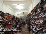 sepatu-yang-dijual-di-sebuah-toko-sepatu-di-kota-pangkalpinang-jumat-562020.jpg