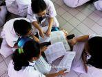 siswa-belajar-bersama-sebelum-mengikuti-ujian-nasional-bersama-komputer-unbk.jpg