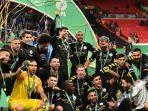 skuad-manchester-city-saat-merayakan-gelar-juara-piala-liga-inggris-141414114.jpg