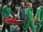 striker-liverpool-djibril-cisse-ditandu-oleh-tim-medis-1314455.jpg