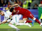 striker-liverpool-mohamed-salah-kanan-kehilangan-keseimbangan.jpg