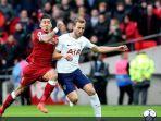 striker-liverpool-roberto-firmino-terlibat-perebutan-bola-dengan-harry-kane.jpg