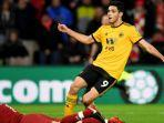 striker-wolves-raul-jimenez-saat-mencetak-gol-ke-gawang-liverpool.jpg