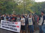 suasana-aksi-unjuk-rasa-massa-dari-bangka-selatan-di-kantor-pt-timah_20180423_134830.jpg