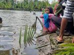 sugiarta-dan-keluarga-korban-turun-ke-sungai-manggar-guna-mencari-korban.jpg