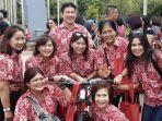 susy-susanti-tengah-memegang-sepeda-dan-para-anggota-komunitas-bulu-tangkis-indonesia.jpg
