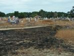 tanah-yang-menghintam-bekas-kebakaran-di-areal-pemakaman-warga-di-desa-rebo_20180214_200018.jpg
