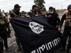 tentara-irak-memperlihatkan-bendera-isis-yang-diperoleh-setelah-mereka-merebut-pertahanan-isis_20161107_225527.jpg