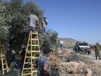 tentara-israel-memperhatikan-relawan-palestina.jpg