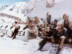 tim-rugby-yang-terpaksa-jadi-kanibal-demi-bertahan-hidup-di-pegunungan-bersalju.jpg