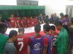 timnas-indonesia-berdoa-sambil-memegang-bendera-merah-putih_20161207_171304.jpg