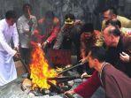 umat-buddha-melakuan-ritual-pengambilan-api-dhamma-tri-suci-waisak-okee.jpg