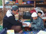 ustaz-guntur-saat-mengajar-mengaji-anak-anak-warga-pengkalen-batu.jpg