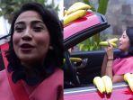 vanessa-angel-dan-mobil-penuh-pisang.jpg