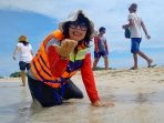 vera-luciana-mengagumi-pulau-pasir-di-belitung-selasa-852018_20180509_131200.jpg