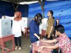 warga-antusias-nyoblos-di-tps-01-kelurahan-gabek_20170215_101839.jpg