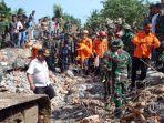 warga-bersama-petugas-berusaha-mengevakuasi-warga-yang-tertimbun_20161207_203346.jpg