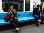 warga-duduk-dengan-menerapkan-social-distancing.jpg